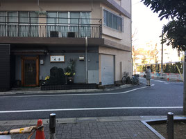 ⑥正面に天ぷら屋さん右側にお墓があります。この間の道を進みます。