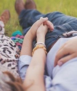 Paartherapie führt Paare näher, sucht nach den Gemeinsamkeiten und fördert individuellen Wachstum.
