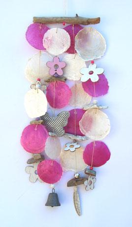 Windspiel als Fensterdeko aus Capiz Muscheln in pink und weiß.