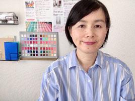 色彩心理カラーアートセラピスト歴14年。糸島の自宅アトリエやカフェなどで、日常ですぐに活かせる色のことを、楽しく分かりやすくお伝えしています。絵を描くことで自分自身が楽になっていったことから、カラーアートセラピーをもっと多くの方に知っていただきたいと、活動中です。