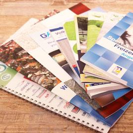 Broschüren in diversen Formaten und Bindungen