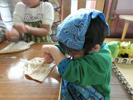 みそ作りが初めて。グーパンチで豆をつぶしていました。