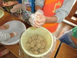 よく混ざったら味噌玉を作って樽に投げ入れて終わり。