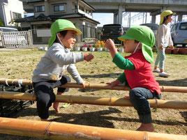 竹渡りにまたがり、ジャンケンが始まりました。