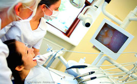 Intraoral-Kamera: Vergrößerter Blick in den Mund (© Yuri Arcurs - Fotolia.com)