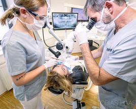 Bessere Sicht und bessere Behandlungsergebnisse mit Op-Mikroskop (© Alexander Raths - Fotolia.com)