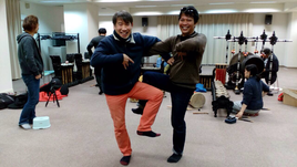 グンデルの師匠ブダ氏とバリ風おちゃらけポーズ。 プロデューサーあつし、頑張れっ!日本人の演奏者の皆さん、頑張ってください、応援してます!