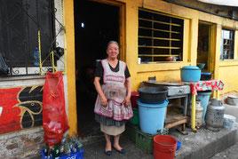 Dona Maru vor Ihrer Küche