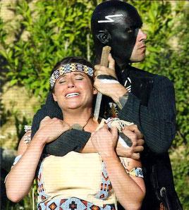 Ribanna (Alexandra Benz) erlebt die Brutalität von Parranoh (Markus Berger). Foto: Susanne Stupperich