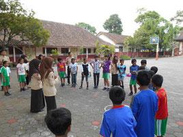 植林前にチームワークづくりを行い 子どもたちの気分も大盛り上がりに