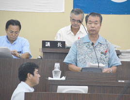 川満町長が改正案を上程し可決した=13日、竹富町議会議場