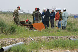 相次ぐ旧石垣空港跡地の不発弾発見。市職員や自衛隊員が昨年12月4日に発見した50㌔爆弾の調査を行った=19日、旧石垣空港跡地