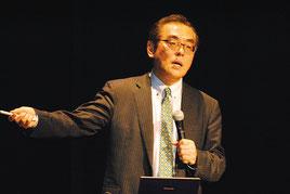 防災をテーマに講演する片田氏=22日夜、市民会館大ホール