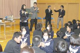 高嶺さん(奥の左)が紹介したフィリピンの手遊びを全員で行った=8日午後、八重山高校