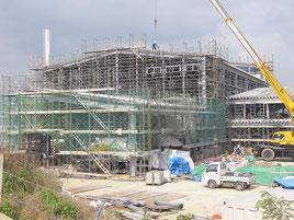 建設工事が大幅に遅れている西表製糖工場=22日