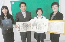 石垣教育長に表彰を報告する田淵さん(右から2番目)。左端は母の三穂さん=17日午前、市教委