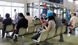 石垣港離島ターミナルで船を待つ観光客ら=22日午前