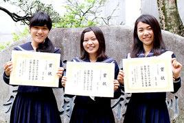 12カ年皆勤賞を受賞した本底麻綸さん、前本聖奈さん、長渡英恵さん(左から)=2月28日昼、八重山高校