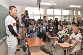 野球部への結果報告で友利主将が夏の甲子園に向けて意気込みを語った=29日、八重山高校