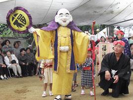 南村は、福禄寿を先頭に出演者が顔見せする「座回る」がにぎやかに行われた=26日午前、小浜島嘉保根御嶽