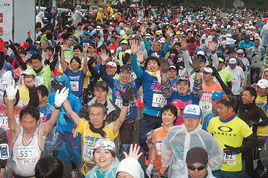 気温10度のなか石垣島マラソンが行われた=24日、石垣市中央運動公園