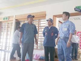 比川小体育館の被害を視察する松本政務官(右)=1日、与那国町