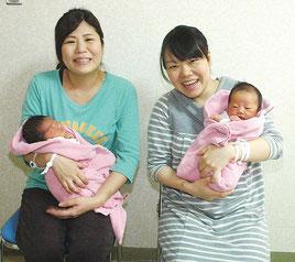 元旦ベビー誕生に喜びの笑顔。金城久美子さん(右)黒島秀美さん(左)