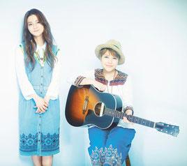 「フォークソングの日を発案し、4月9日に記念日登録証を授与される「やなわらばー」の石垣優さん、東里梨生さん(左から)
