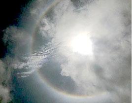 太陽の回りに虹のリングができた=31日、石垣喜幸さん撮影