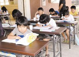早朝からの学習会は2学期に向けての生活習慣の維持にも役立っている=11日、宮良公民館
