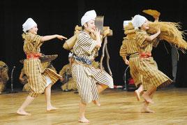 壮行公演で「稲粟の稔」を披露する八重農郷芸部=27日夜、市民会館大ホール