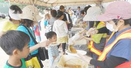 防災訓練でカレーの炊き出しが行われた=26日午後、市屋内練習場