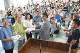 国会議員4人に自衛隊配備反対の署名を渡す「石垣島に軍事基地をつくらせない市民連絡会」のメンバーら=23日午後、大浜公民館