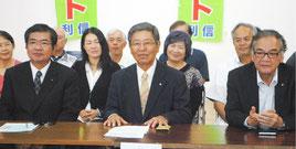 衆院選に向け決意表明する仲里氏(中央)=27日午後、官公労共済会館