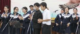 結うたコンテストで熱唱する参加者=19日夜、大川公民館
