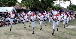 軽快に「馬乗者」を踊る男性たち=15日午前、世持御嶽