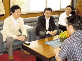 中山市長と会談する伊藤大臣補佐官(左)ら=28日午後、市役所