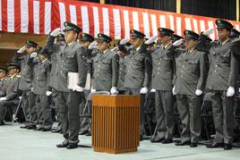 整列し入隊式に臨む自衛官候補生ら=9日午前、那覇駐屯地