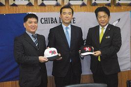 ロッテのキャップを林球団本部長(中央)から贈呈される中山市長と大城会長=16日午後、市役所