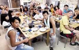 民宿の食事を楽しむ蘭嶼高級中学の皆さん=7日、竹富島小浜荘