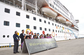 アクエリアス号寄港の歓迎セレモニーが行われた=27日、石垣港
