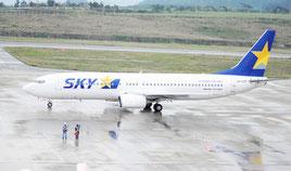 先島撤退を決めたスカイマークの航空機=29日午後、新石垣空港