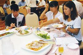 島産の素材を使った料理を試食する参加者(27日午後)