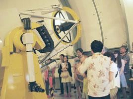 石垣島天文台のむりかぶし望遠鏡で天体観望を楽しむ観光客=6日午後(同天文台提供)