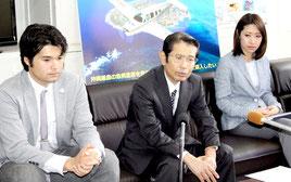 記者発表を行う小濱正博理事長(中央)ら=17日午後、県庁記者クラブ=那覇市