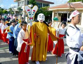 結願祭の弥勒行列が行われた=23日、大阿母御嶽