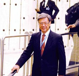国連人権理事会での演説を終え、笑顔で会場を出る翁長知事=21日(日本時間22日未明)ジュネーブの国連ビル