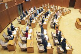 一般会計予算を可決した県議会。自民党議員は退席した=27日午後、議場