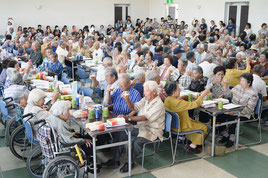 敬老祝賀会で乾杯する出席者たち=23日午後、大浜公民館