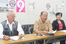 記者会見する「子どもと教科書を考える住民の会」の村田共同代表(中央)ら=10日午後、八重山地区労事務所